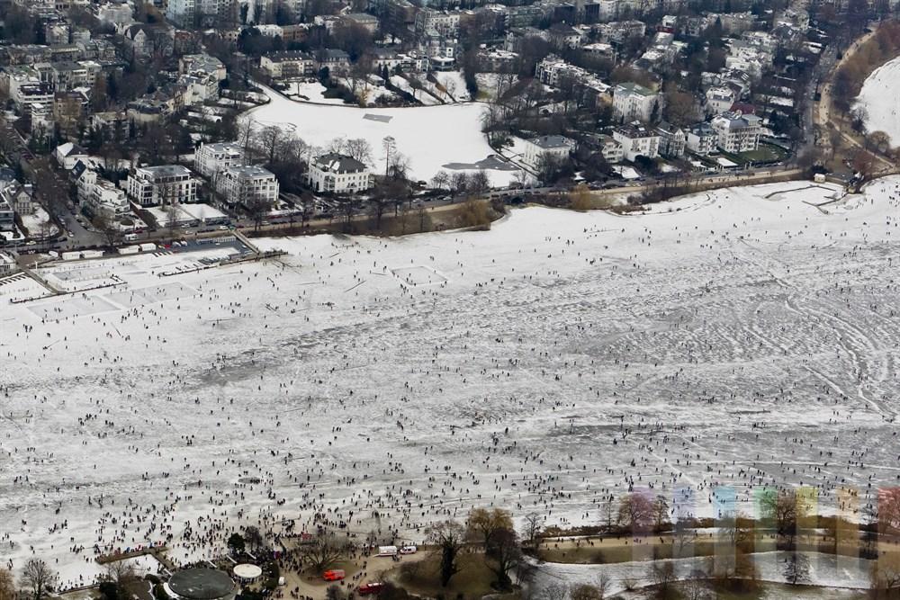 Blick ueber die zugefrorene Aussenalster und Feenteich mit zig tausenden Besuchern