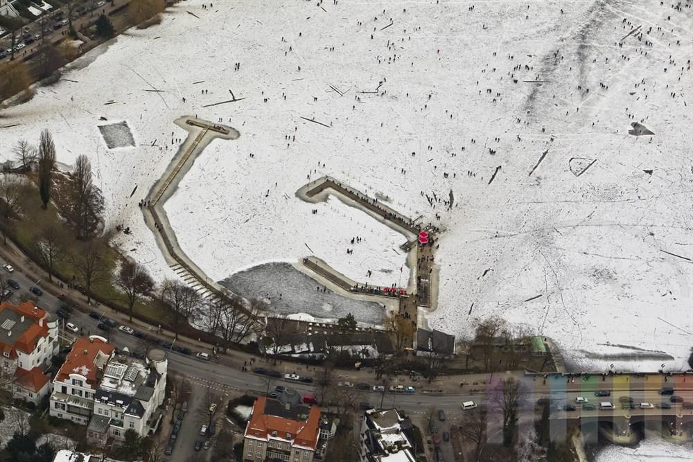 Blick ueber die zugefrorene Aussenalster mit zig tausenden Besuchern, Hoehe Bellevue und Bobby Reich