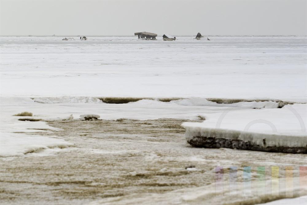 """Vereistes Wattenmeer vor der Insel Sylt - hier die Blidselbucht mit den """"Sylter Seekuehen"""" (ehemalige militärische Übungsziele aus Beton), die durch den Eisgang von Jahr zu Jahr weiter in sich zusammen stürzen."""
