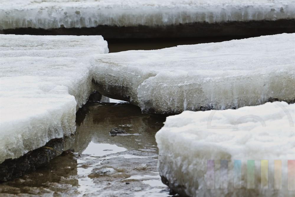 Dicke Eisschollen liegen am Ufer des Sylter Wattenmeeres und tauen langsam ab