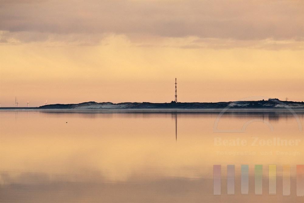 Sylt im Abendlicht: Blick von Munkmarsch über die Keitumer Bucht bei vollkommener Windstille auf das Morsumkliff und den Funkmast