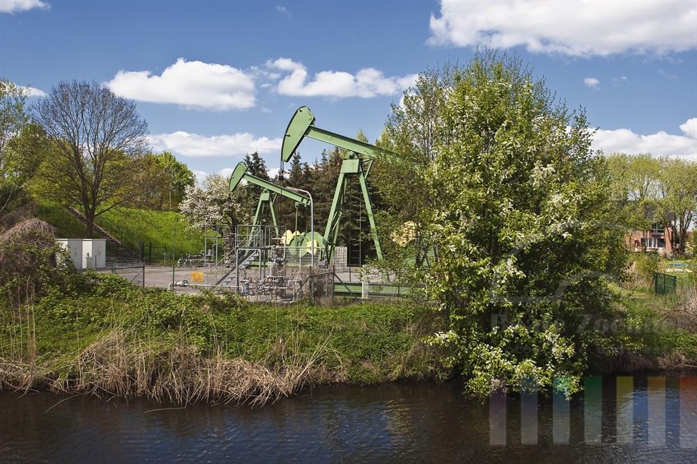 Pferdekopf-Pumpen am Ufer der Dove-Elbe in fördern Gas