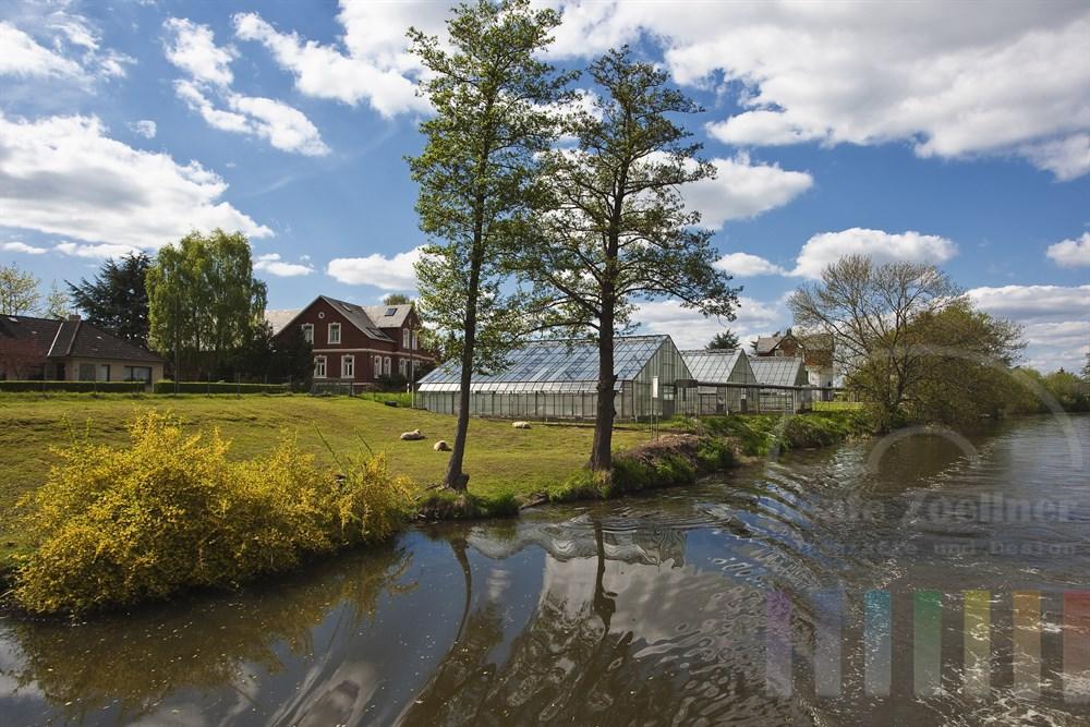 Bootsfahrt auf der Dove-Elbe durch die Vier- und Marschlande entlang von Gewaechshaeusern, Viehweiden und schönen Wohnhaeusern, sonnig und fruehlingshaft