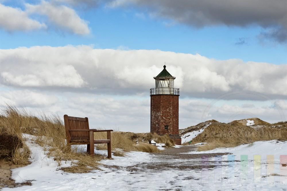 Schnee-Reste auf dem Weg durch die Duenen-Landschaft zum Quermarkenfeuer in Kampen/Sylt