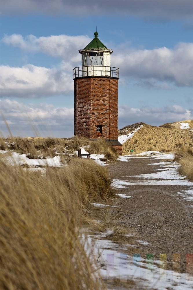 Weg durch Duenenlandschaft fuerht zum alten Quermarkenfeuer in Kampen auf der Insel Sylt, winterlich-sonnig