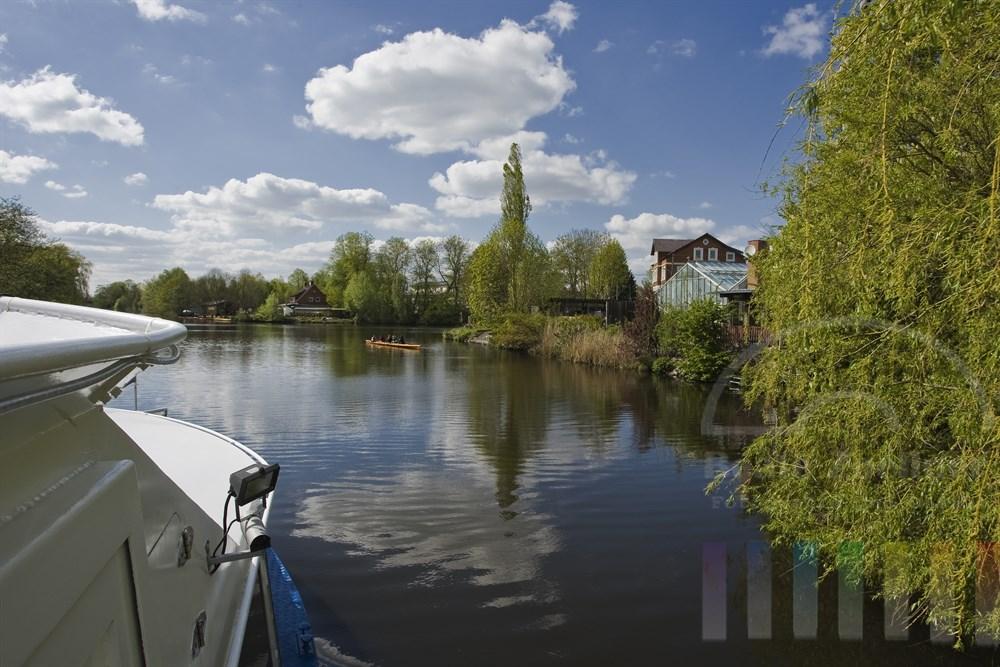 Fahrt mit einem Ausflugsschiff der Bergedorfer Schiffahrts-Linie auf der Dove-Elbe, sonnig