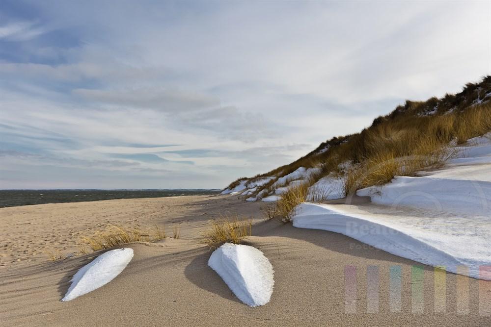 vom Wind geformte Schneereste bilden scheinbar eine Treppe in die Duenen am Ellenbogen, der Nordspitze der Insel Sylt