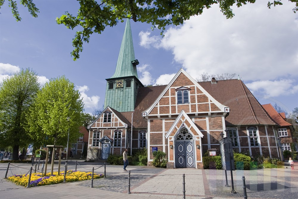 Die St. Petri und Pauli Kirche im Zentrum von Hamburg-Bergedorf, frühlingshaft-sonnig