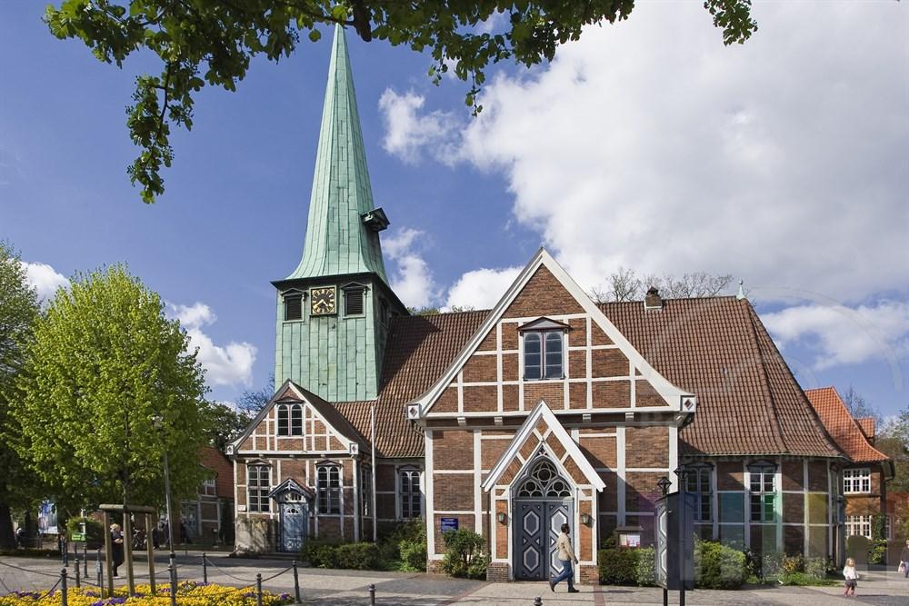 Die St. Petri und Pauli Kirche im Zentrum von Hamburg-Bergedorf, Alte Holstenstrasse, frühlingshaft-sonnig