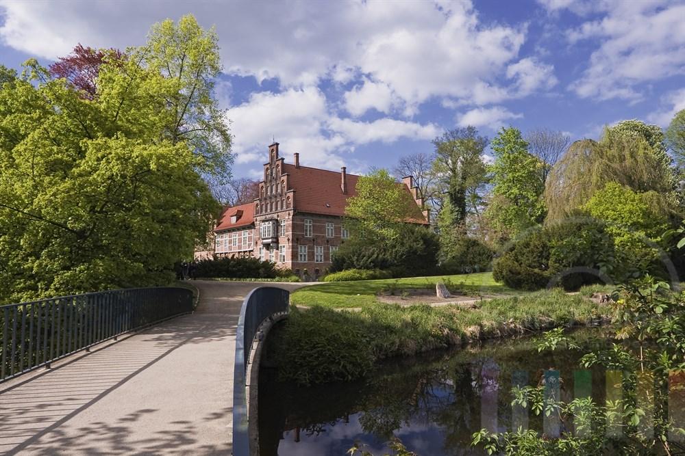 Das Schloss in Hamburg-Bergedorf und der Schlossgarten- frühlingshaft-sonnig