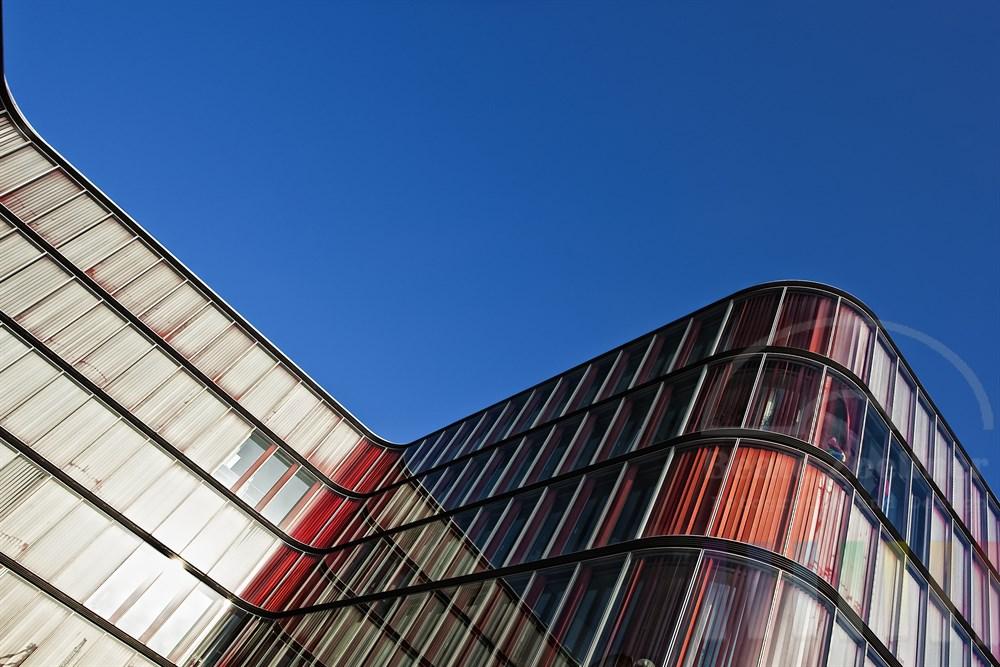 Modernes Bürogebäude (Firmensitz der Rickmers-Reederei) in Hamburg-Neumühlen, blauer Himmel, Sonnenschein