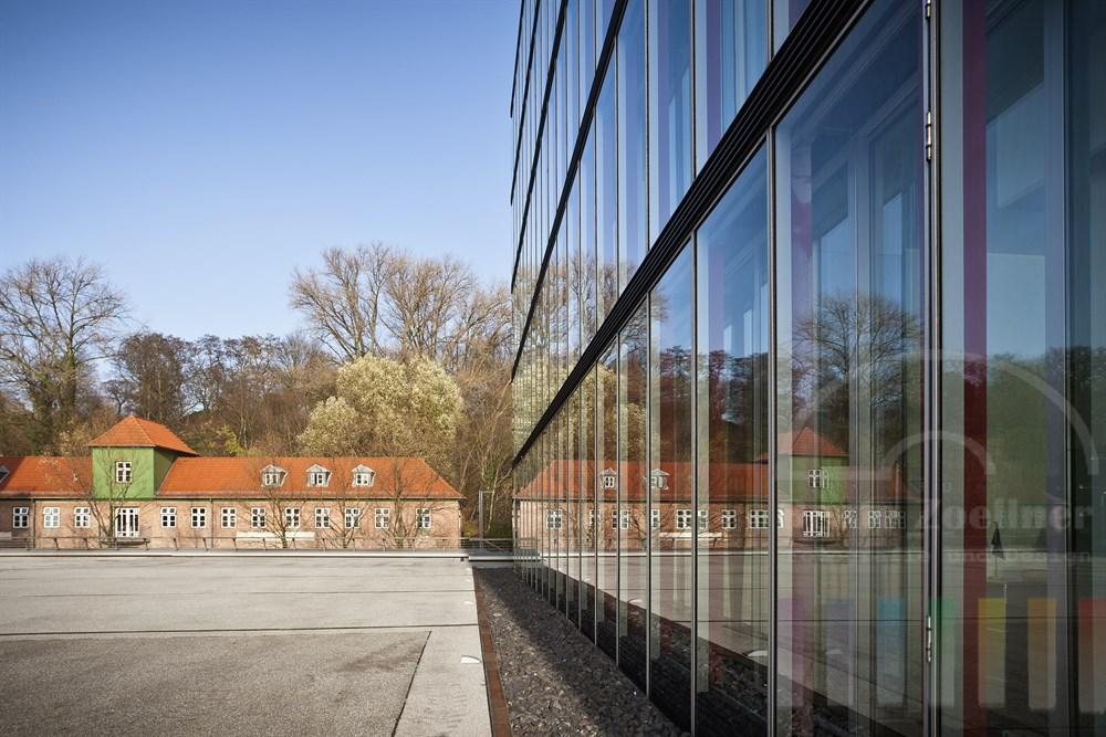 historisches Lawaetzhaus spiegelt sich in der mordernen Glasfassade des Firmensitzes der Rickmers-Reederei, sonnig