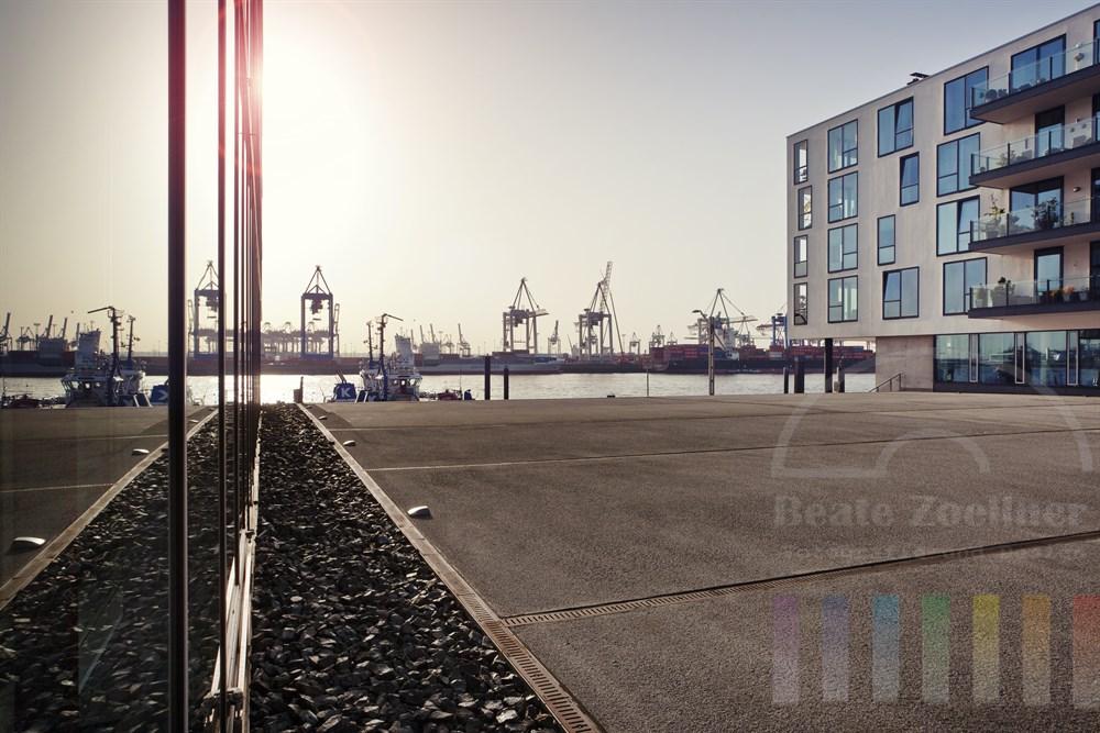 Moderne Wohn- und Bueroarchitektur am Elbufer in Hamburg-Neumuehlen, sonniges Gegenlicht