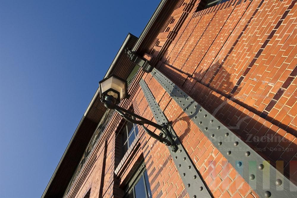 Fassade der historischen Fischauktionshalle am Hamburger Fischmarkt, sonnig, blauer Himmel