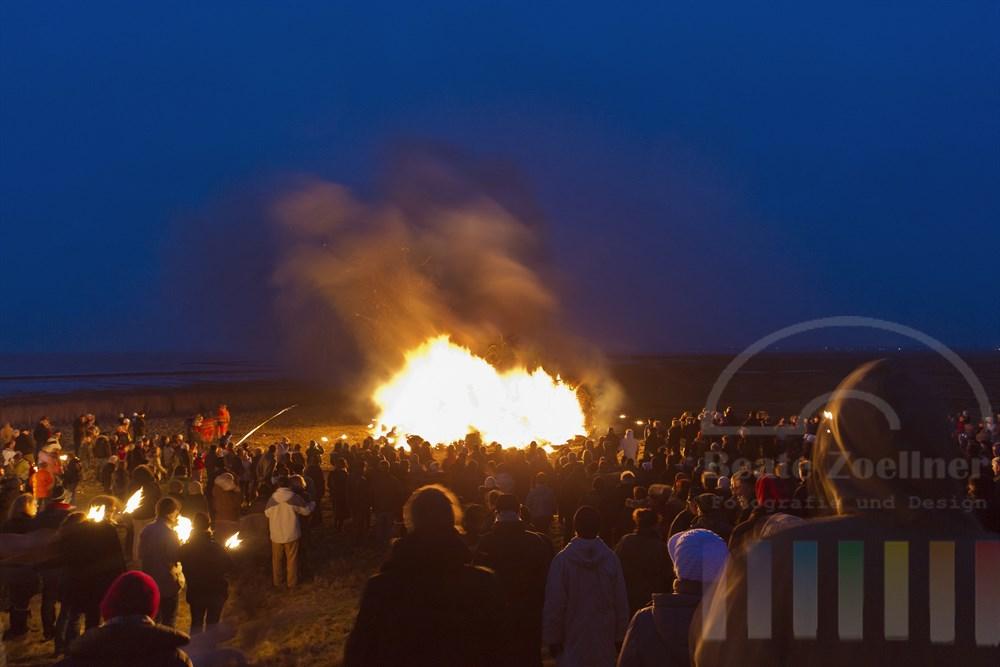 Das traditionelle Biikebrennen findet im Kreis Nordfriesland jedes Jahr am 21. Februar statt - hier das Biike-Feuer in Keitum/Sylt