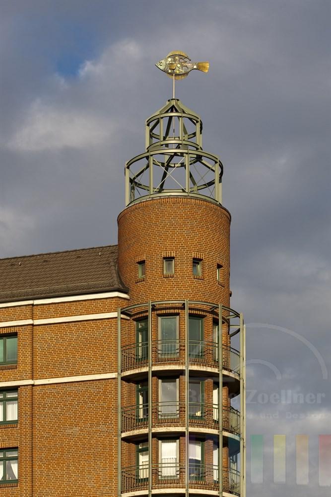 Gebäude am Hamburger Fischmarkt mit Fisch-Figur aus Messing und Kupfer auf der Turmspitze