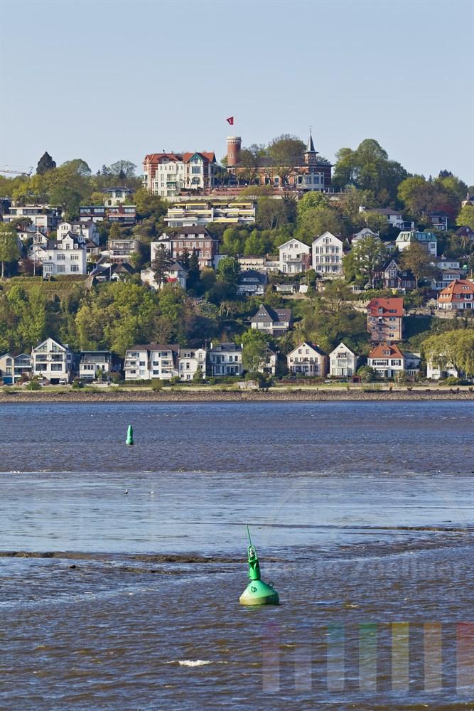 Blick vom Este-Sperrwerk auf die Elbe bei Niedrigwasser und den Suellberg in Hamburg-Blankenese, sonniger Fruehlingstag