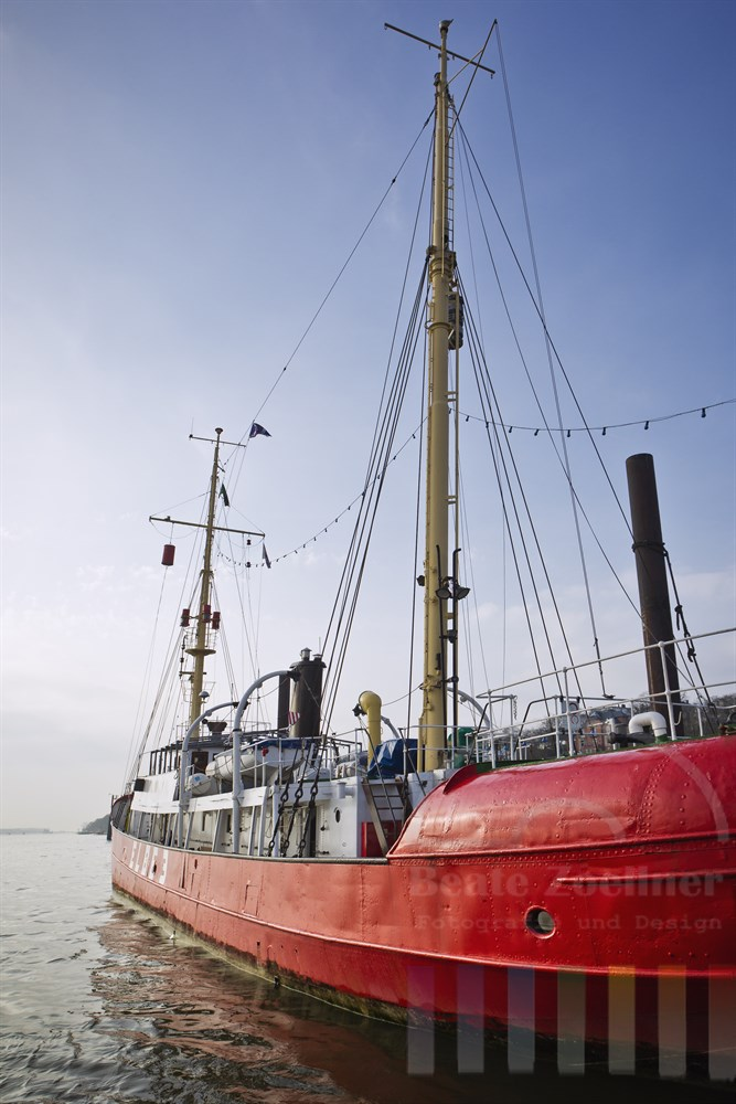 """Feuerschiff """"Elbe3"""" im Museumshafen in Hamburg-Oevelgoenne, sonnig"""