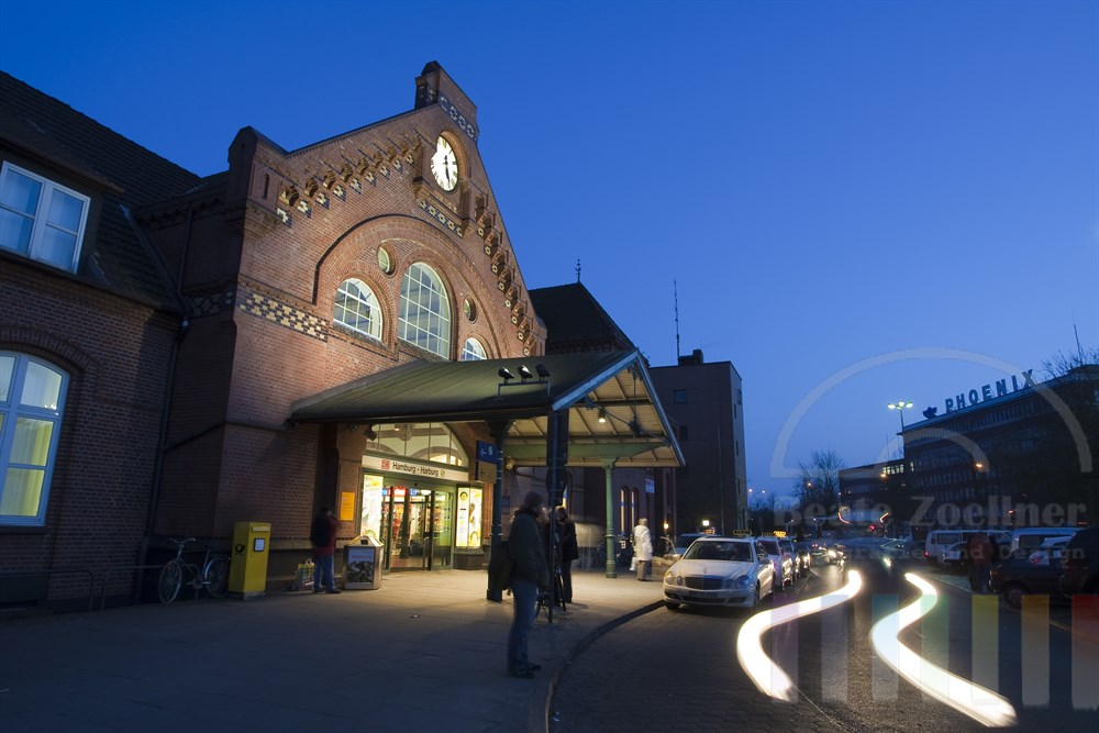 Abendstimmung: Bahnhof Harburg, Haupteingang, Taxis stehen vor dem Gebaeude, warten auf Kundschaft