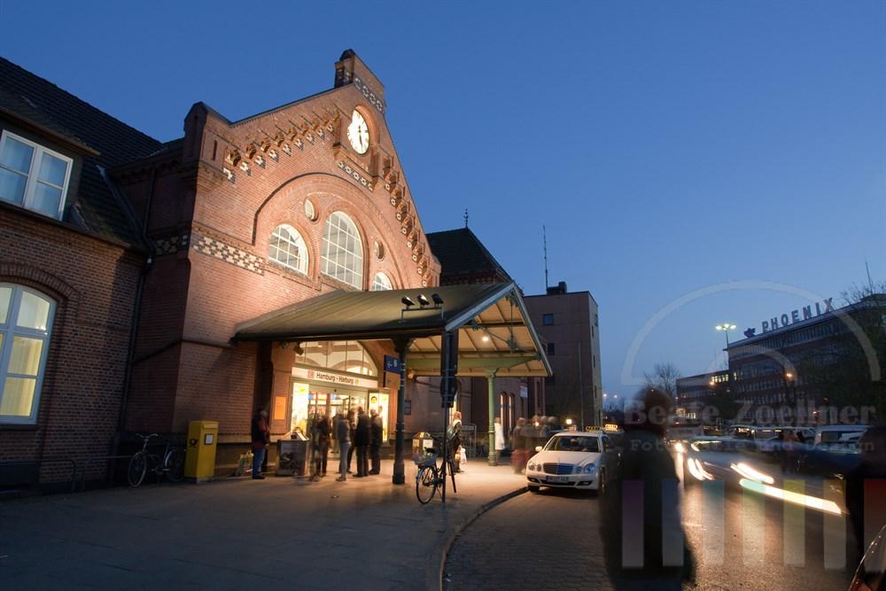 Blaue Stunde vor dem Bahnhof Hamburg-Harburg.