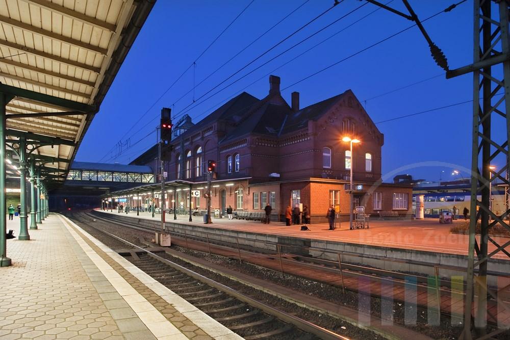 Abends zur blauen Stunde am Bahnhof Hamburg-Harburg