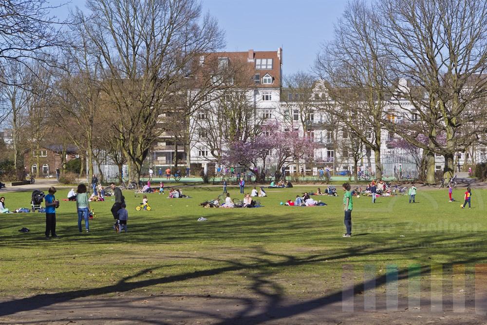 """zahlreiche Menschen geniessen den sonnig-warmen Fruehlings-Sonntag im Hamburger """"Fischers Park"""" im Bezirk Altona"""