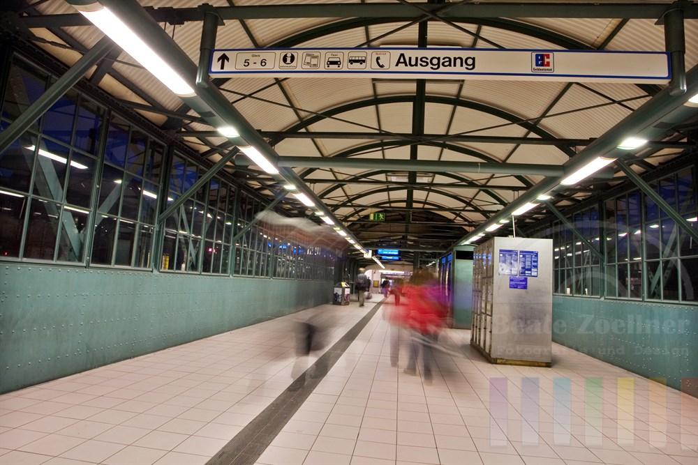 Brücke und Zugang zu Bahnsteigen, S-Bahn und Ausgang auf dem Bahnhof Hamburg-Harburg