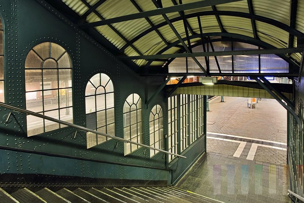 Nachtaufnahme: Historischer Treppenumbau auf dem Bahnhof Hamburg-Harburg zum Bahnsteig