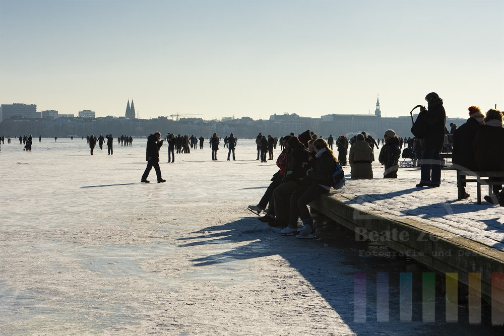 Tausende Menschen genossen bei strahlendem Sonnenschein von der zugefrorenen Aussenalster die ungewohnte Perspektive auf die Hansestadt Hamburg