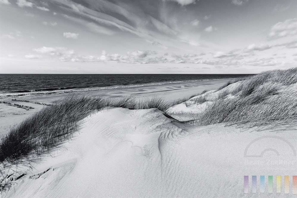 Duenenlandschaft und einsamer Strandabschnitt an der Nordsee auf der Insel Sylt - sonnig