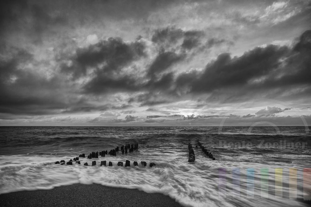 Kurz vor Sonnenuntergang an der Sylter Westküste, schwarzweiß