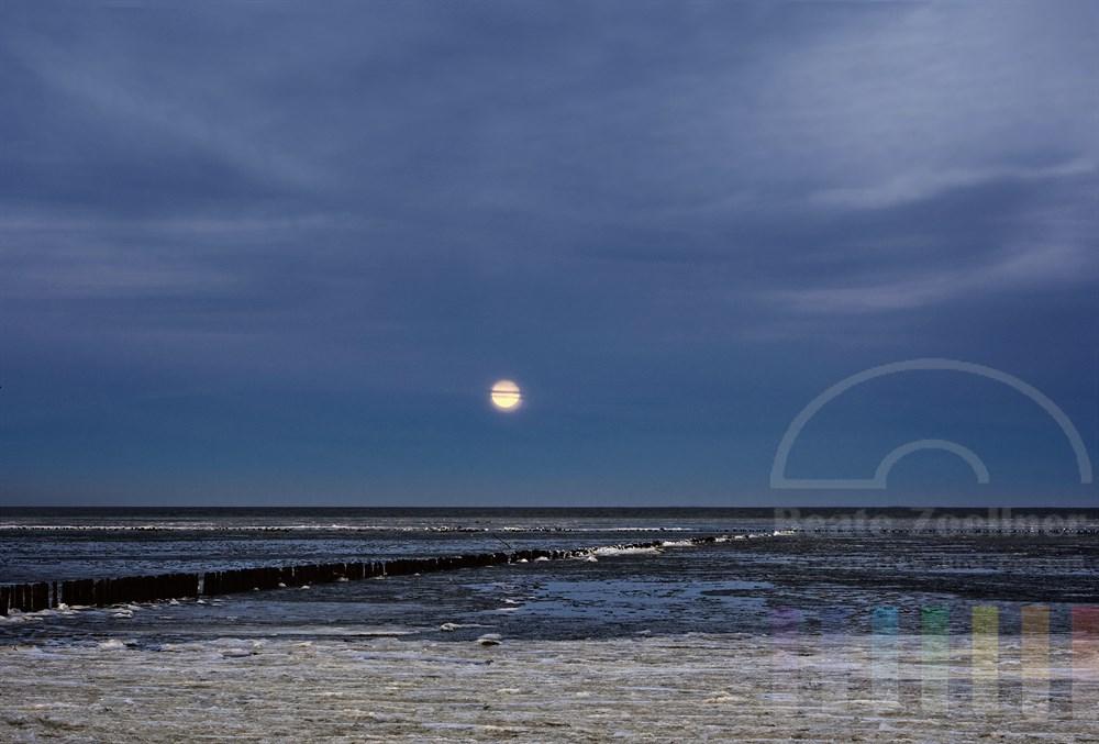 Silvester-Vollmond über dem vereisten Wattenmeer in Keitum auf der Insel Sylt am späten Nachmittag des 31.12.2009