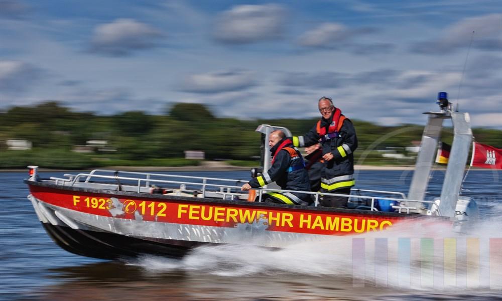 Boot der Freiwilligen Feuerwehr Hamburg-Nienstedten auf der Elbe Hoehe Teufelsbrueck