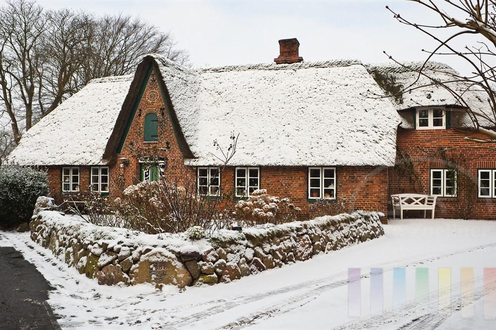 Schnee im historischen Ortskern des Friesendorfes Keitum