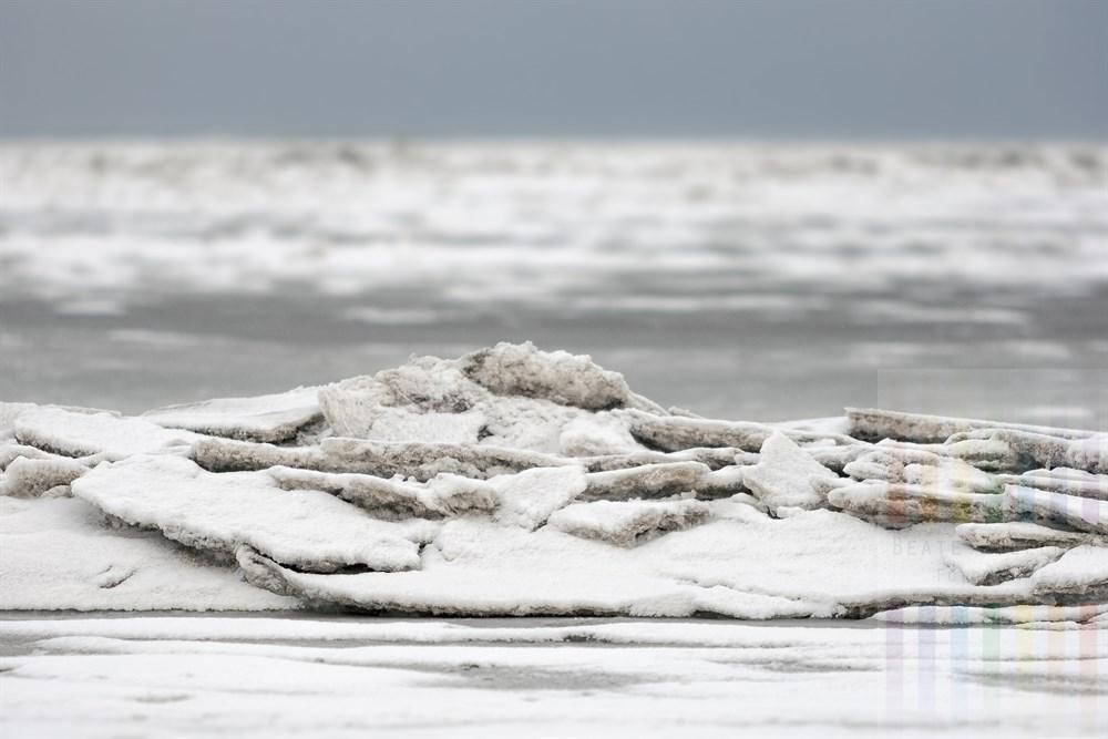Eisschollen werden durch die Gezeiten und die ständige Bewegung des Wattenmeeres vor Keitum/Sylt übereinander geschichtet