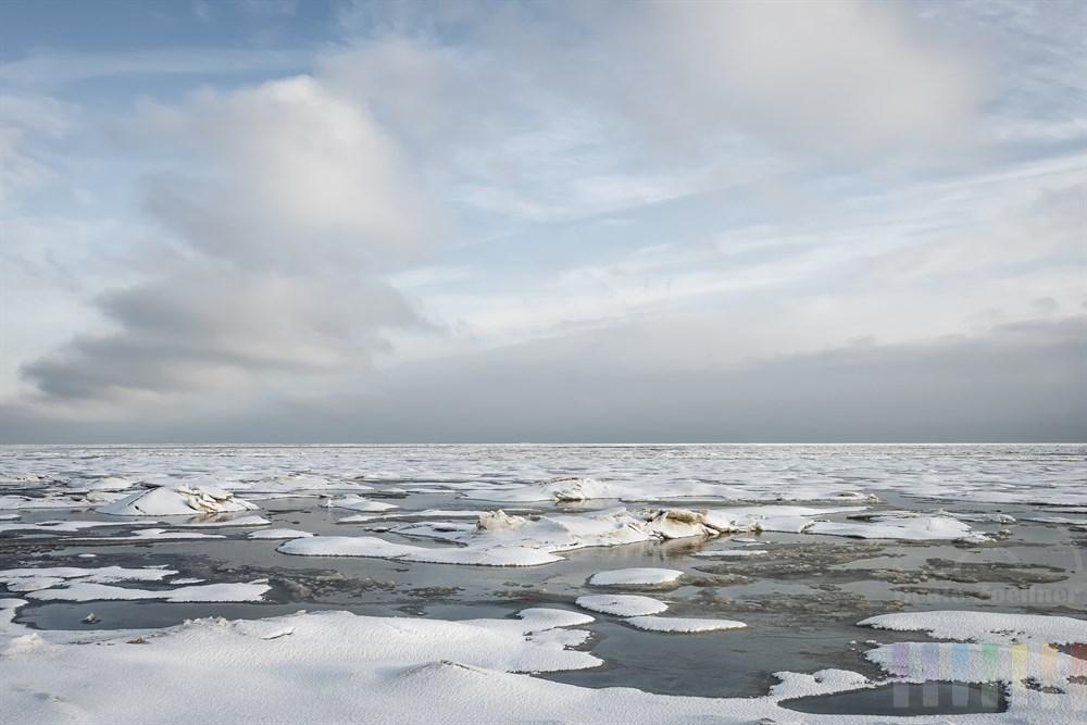 Wintertag an der Wattenmeerküste vor Sylt bei Munkmarsch: Das auflaufende Wasser bahnt sich den Weg durch und über Eis und Schnee