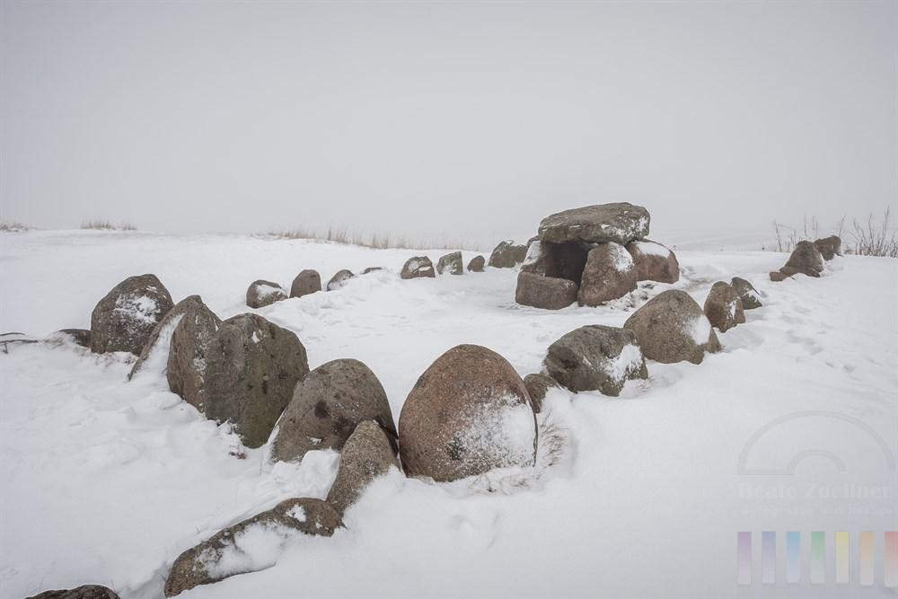 """Das steinzeitliche Grab """"Harhoog"""" am Ufer des Wattenmeeres  in  Keitum/Sylt, winterlich verschneit"""