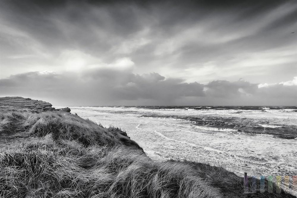 Blick vom windumstosten Roten Kliff in Kampen/Sylt auf die brodelnde Nordseebrandung, Morgenstimmung