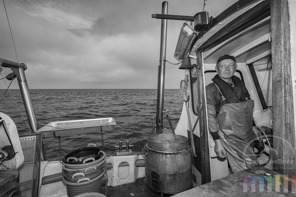 """Der letzte Sylter Krabbenfischer Paul Walter auf seinem kleinen Kutter """"Tümmler"""""""