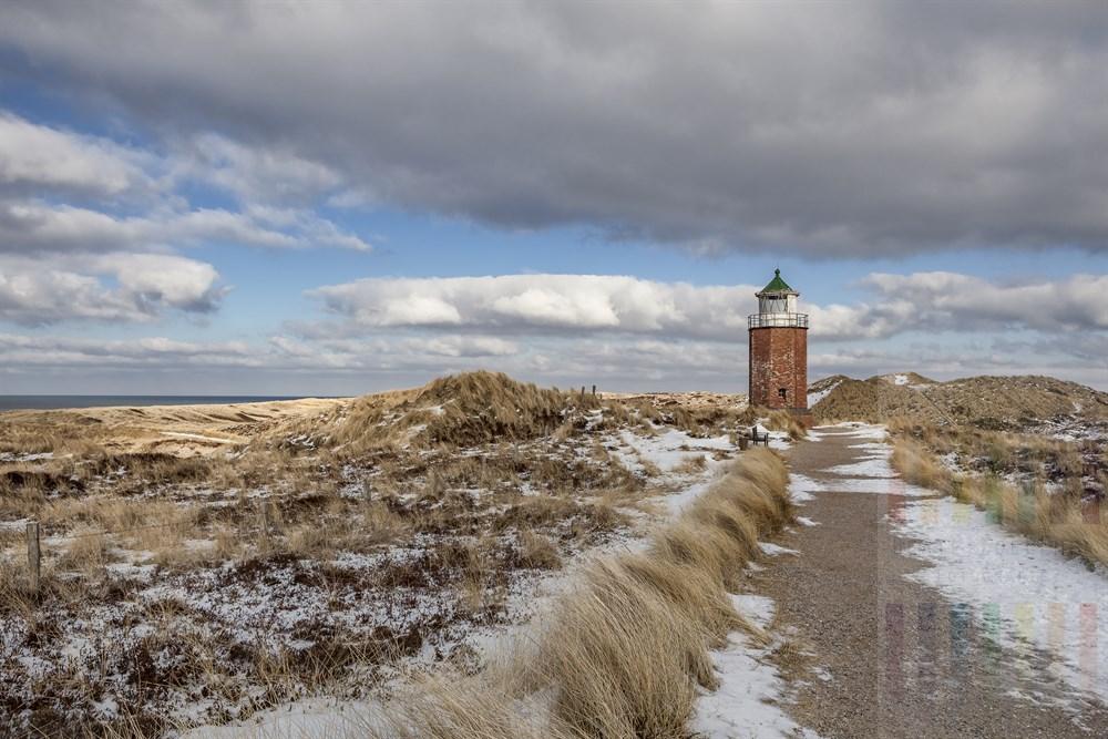 Wanderweg durch die Sylter Dünenlandschaft führt am Quermarkenfeuer in Kampen entlang, winterlich