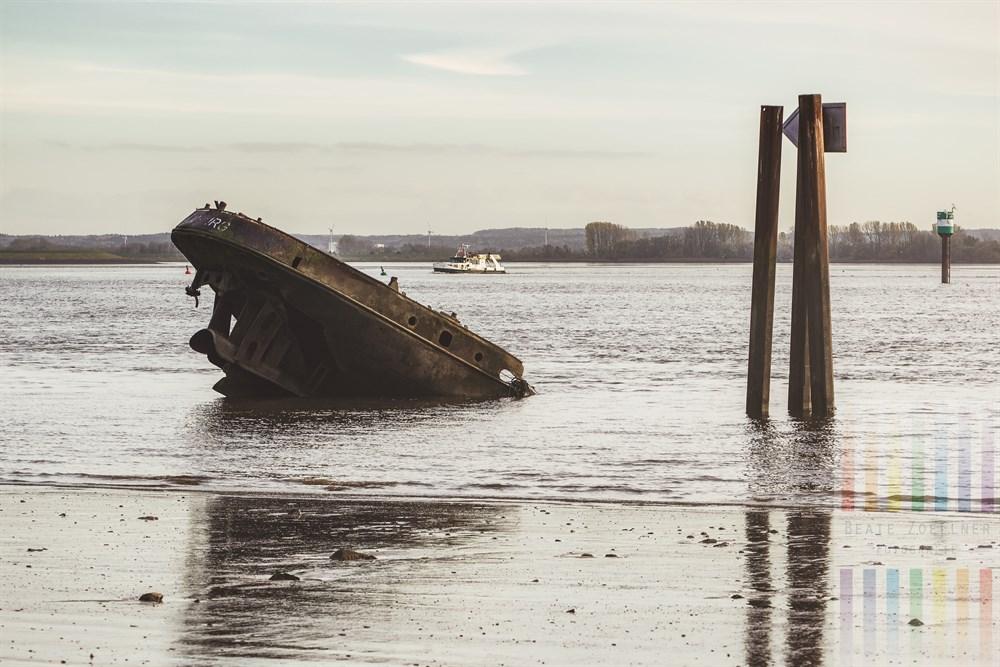 """Das Heck des ehemaligen Binnenschiffes """"Uwe"""" ragt am Falkenstiener Ufer aus der Elbe. Das Schiff war 1954 war nach einer Havarie mit einem anderen Schiff zerborsten und sank. Mehr dazu hier:http://wikimapia.org/2240383/de/Wrack-des-Binnenschiffes-Uwe"""