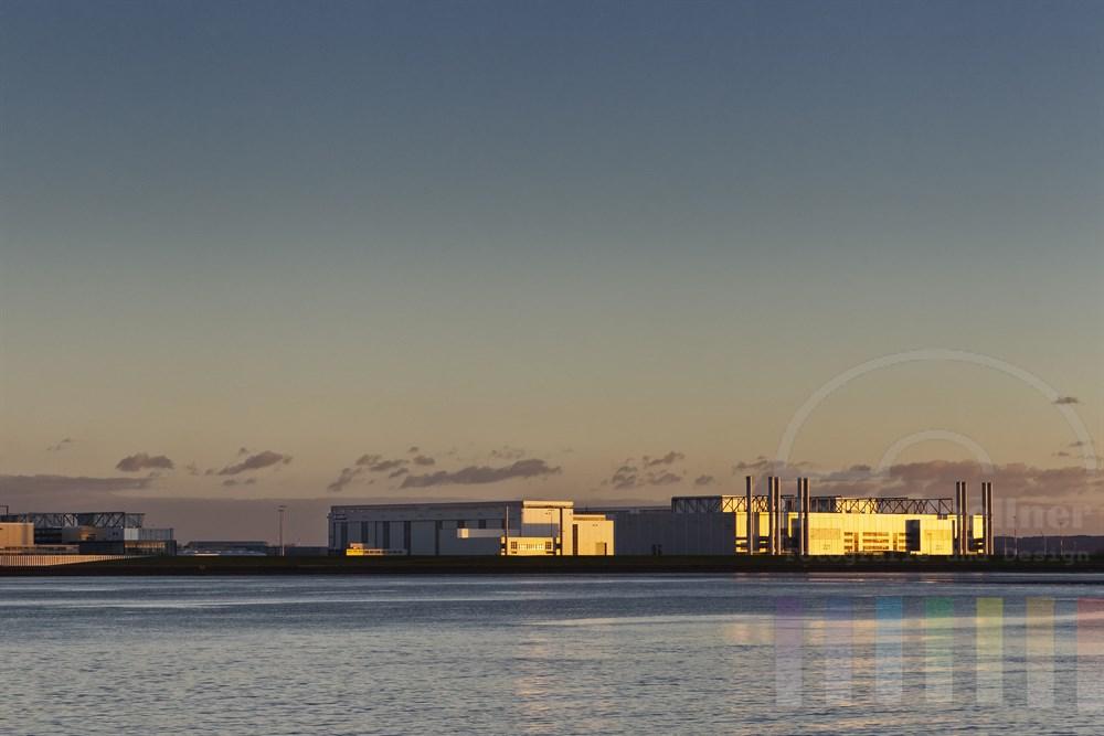 Blick vom Blankeneser Treppenviertel auf die Produktionshallen und Werksgelände der EADS - hier werden Flugzeige des Typs Airbus gebaut, Abendstimmung, die untergehende Sonne reflektiert auf den Fassaden der Hallen