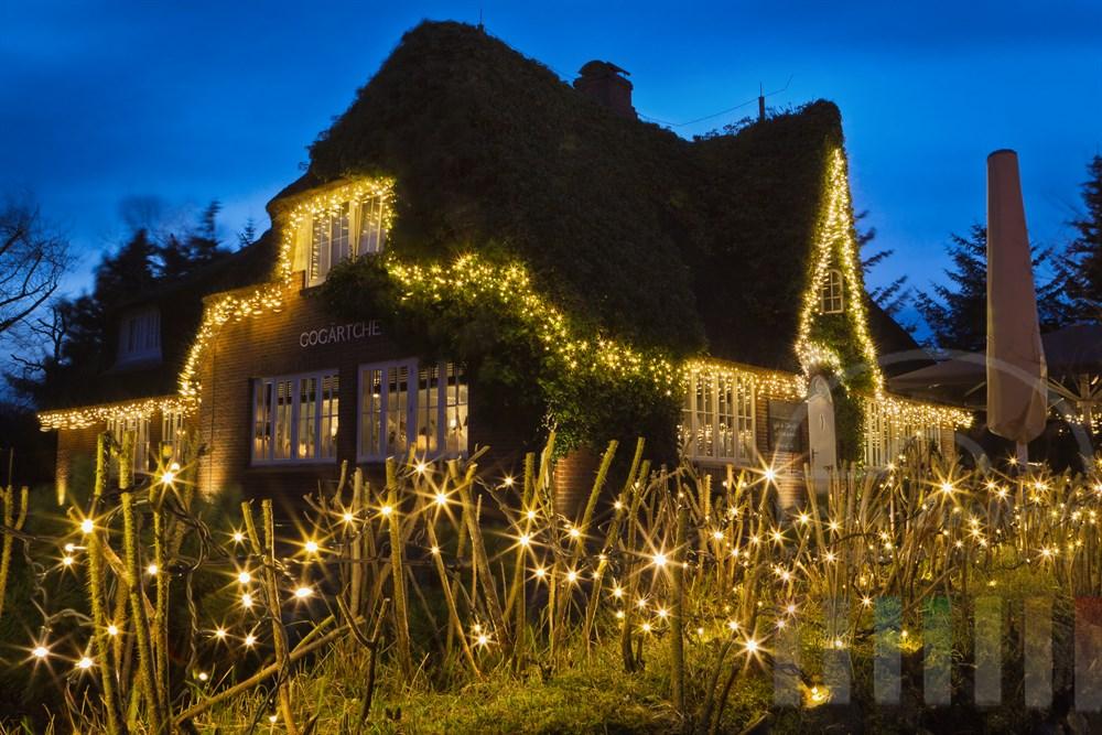 """Das weihnachtlich geschmückte und beleuchtete Kult-Lokal """"Gogärtchen"""" auf der Whisky-Meile in Kampen auf Sylt"""