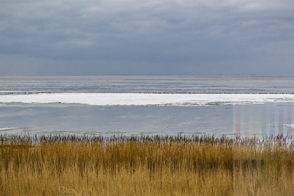 Blick über das noch winterliche Wattenmeer vor Keitum/Sylt bei trübem Wetter.