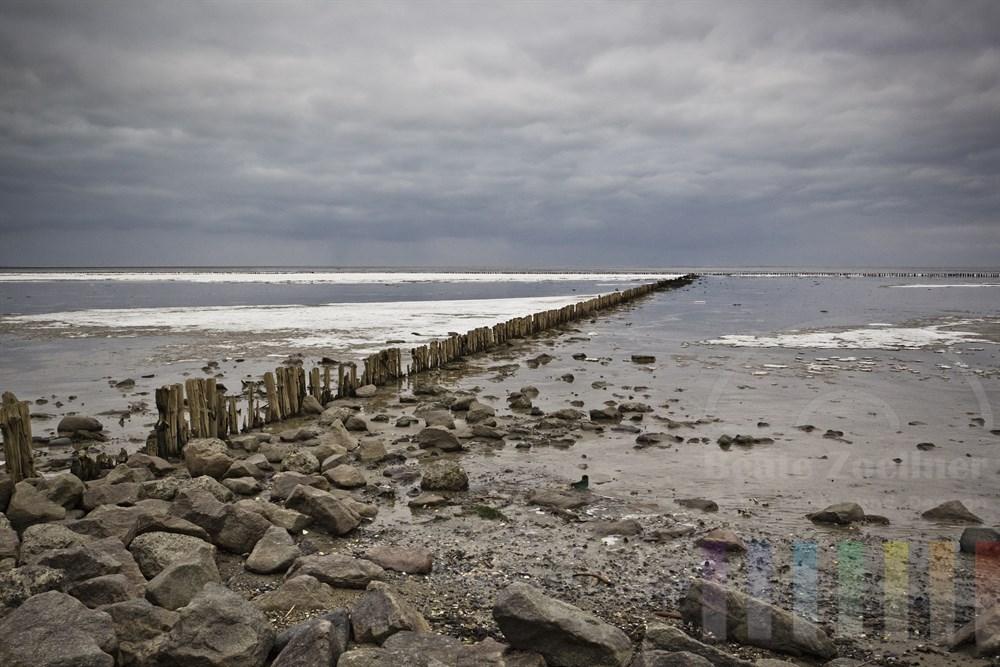 Trüb-grauer Tag am Sylter Watt vor Keitum, das teilweise noch von Eis bedeckt ist