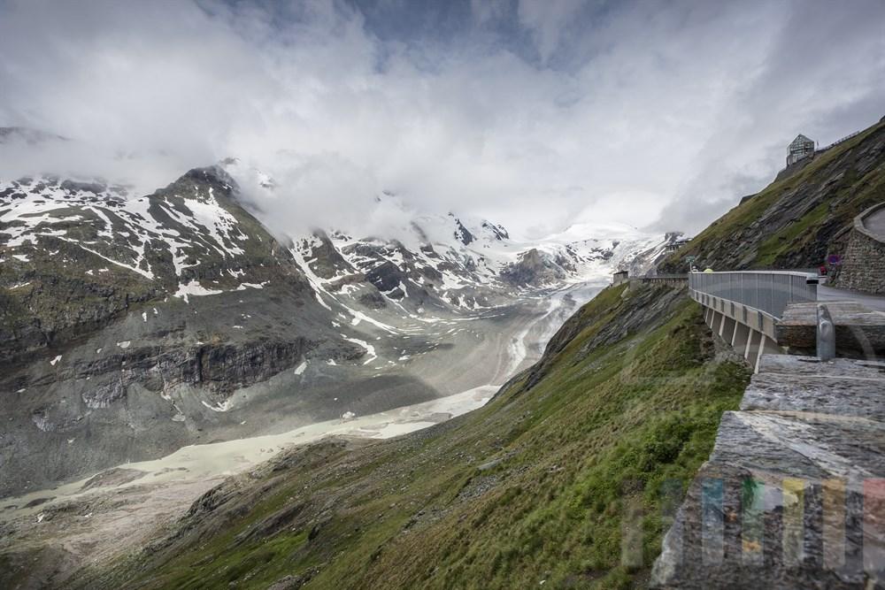 Sonnenschein löst die Wolken über dem Pasterzen-Gletscher unterhalb der Kaiser-Franz-Josefs-Höhe an der Großglockner-Hochalpenstraße langsam auf - doch der Blick auf den Gipfel des Großglockners ist noch wolkenverhangen