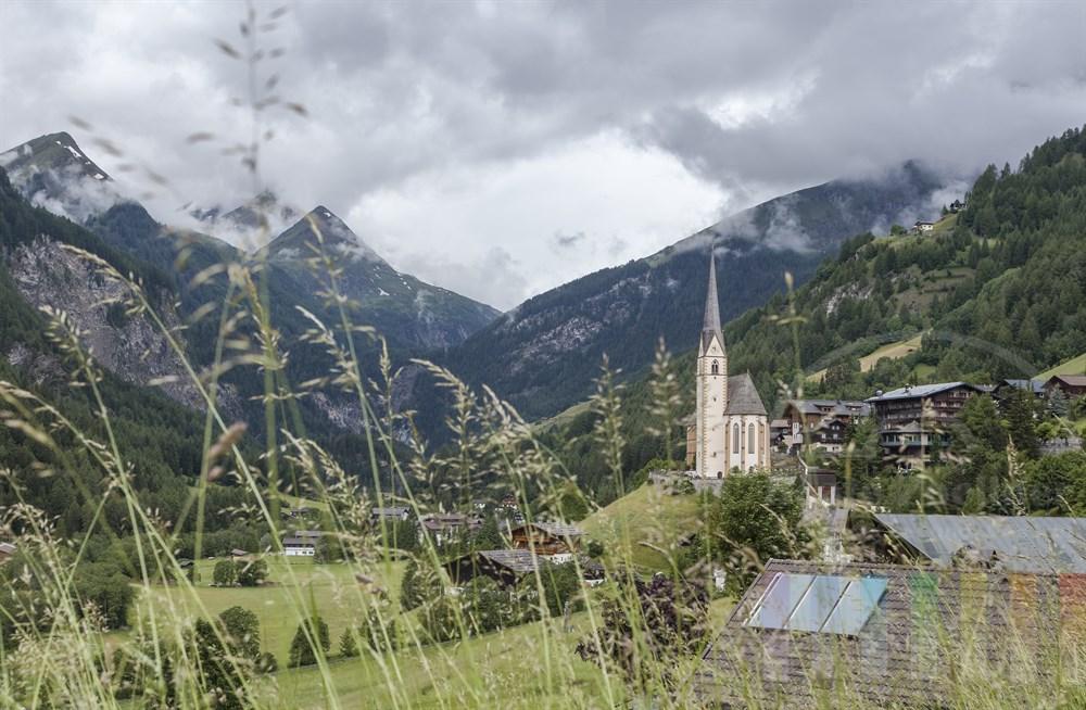 Klassische Ansicht von Heiligenblut am Fuße des Großglockners in Kärnten an einem regnerischen und bewölkten Sommertag