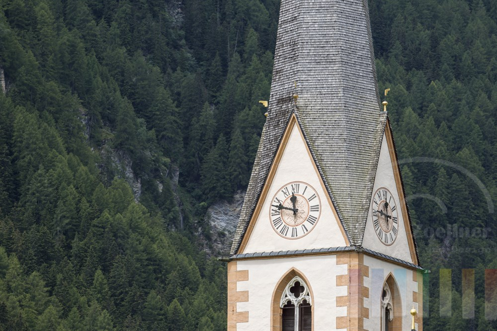 Kirchturmuhr der Pfarrkirche Heiligenblut, einem der bekanntesten Fotomotive Österreichs
