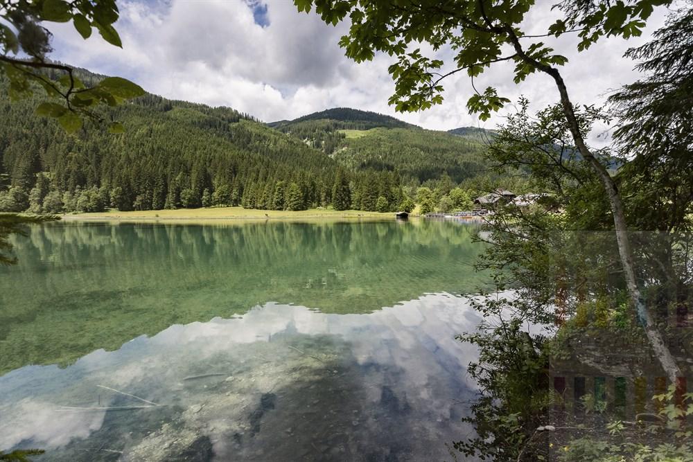 Smaragdgrün und glasklar liegt der Jägersee oberhalb des Skiortes Kleinarl am Rande der Radstädter Tauern im Salzburger Land