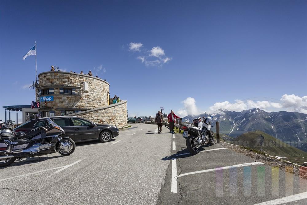"""Aussichtsturm und """"Bikers Point"""" auf dem Gipfel der Edelweiß-Spitze an der Großglockner-Hochalpenstrasse. Im Turm befindet sich ein Souvenirshop, sonnig"""